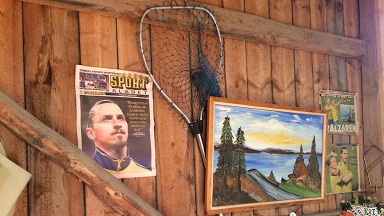 Zlatanin kuvia autotallin seinällä.Kuva:Ulla Rajakisto