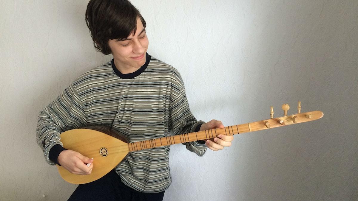 Panagiotis Kapellis rupeaa soittamaan selvittääkseen ajatuksiaan Foto: Kaarina Wallin/Sveriges Radio Sisuradio