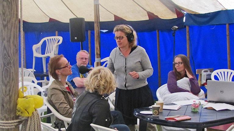 Ohjelmapäällikkö Niki Bergman kertoo Kulttuurisunnuntain lähetyksessä Axevallassa Musalistan jatkumisesta. Kuva: Anna Tainio, SR Sisuradio