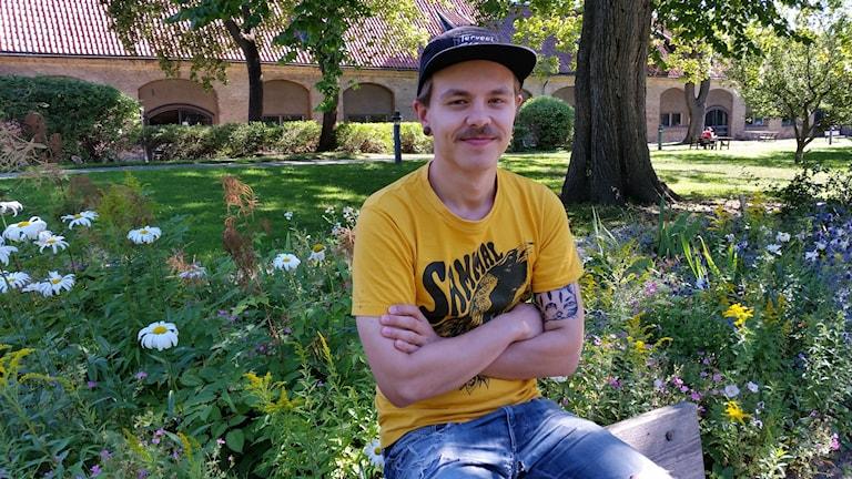 Juho Ronkainen istuu puistossa.