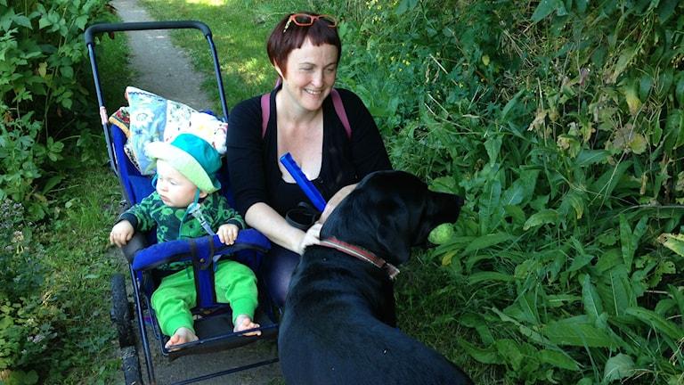 Helena Laukkanen Matti vauvan ja Rosvo koiransa kanssa.Foto Pirjo Hamilton. SR Sisuradio