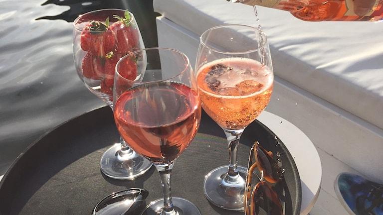 Rosé-viiniä laseissa aurinkoisella terassilla. Kuva: Marika Pietilä / Sveriges Radio Sisuradio