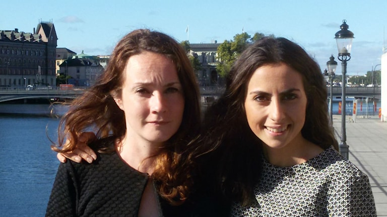 Elina Blomberg ja Pegah Afsharian seisovat kadulla