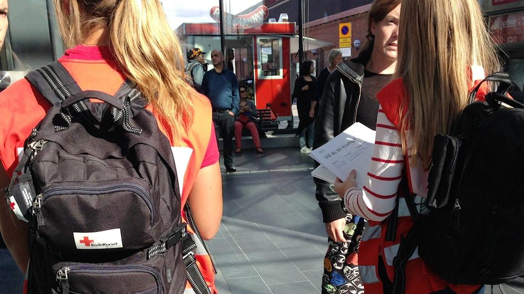 Punaisen ristin työntekijät ovat Malmön asemalla informoidakseen vapaaehtoisia miten he voivat auttaa parhaiten. Foto: A-L Hirvonen Nyström/SR Sisuradio