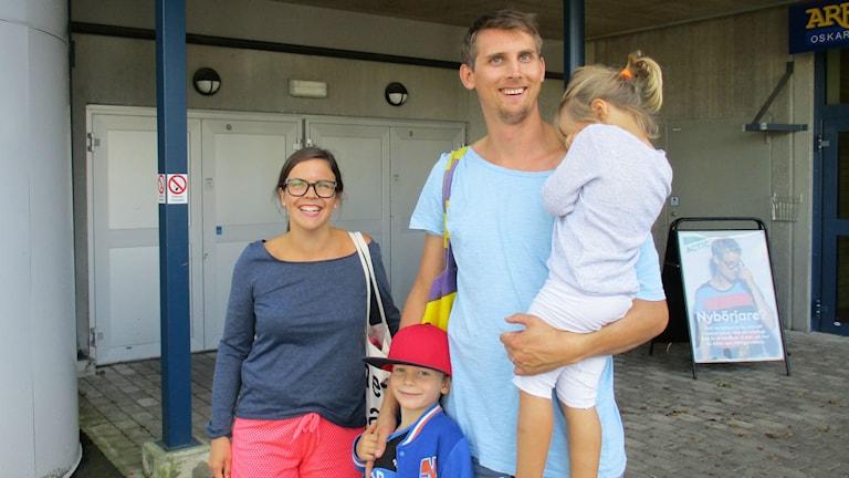 Piispasen perhe menossa uimahalliin. Laura, Atro, Arsi ja Auri ovat kuvassa kun taas Verna-tyttö ei tahtonut kuvaan mukaan. Kuva Pekka Ranta, Sveriges Radio.