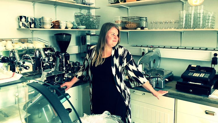 Kocken Erika Öist bakom disken i sin restaurang. Foto: Erkki Kuronen / Sveriges Radio Sisuradio