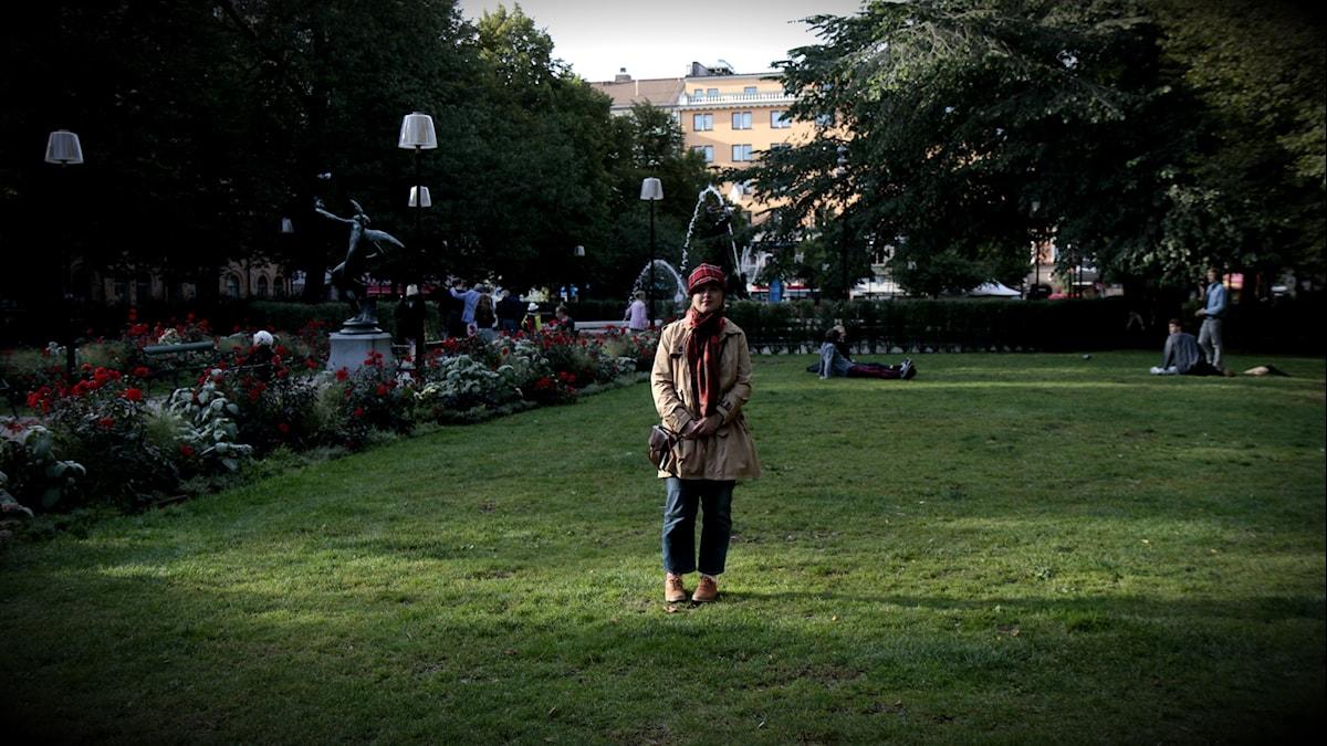 A-J Turtiainen seisoo puiston nurmikolla. Foto: Kai Rauhansalo