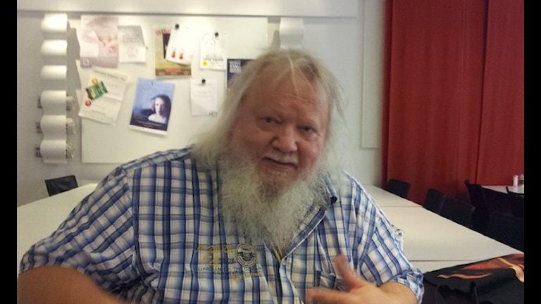 Kapellimestari, säveltäjä Leif Segerstam sinivalkoruudullisessa kauluspaidassa. Foto: Jyri Markkula / Sveriges Radio Sisuradio
