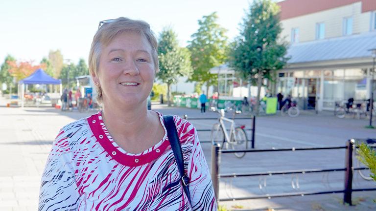 Minna Viita aurinkoisessa kaupunkimaisemassa. Foto: Marja Siekkinen