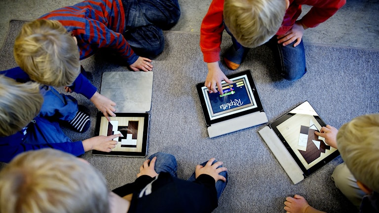 Lapsia kerääntyneenä lattialle tablettien ympärille. Kuva: Annika af Klercker / SvD / TT
