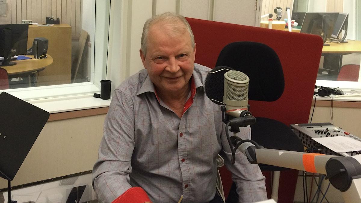 Juhani Kunelius Kohtauspaikka-ohjelman studiovieraana. Foto: Jarmo Mänty / Sveriges Radio Sisuradio
