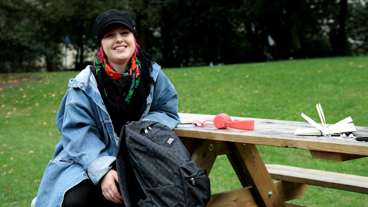 A-J Turtiainen istuu pöydän ääressä puistossa. Foto: Kai Rauhansalo