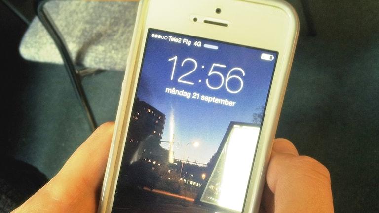 Klockan 12.56 hörs nyheter från Sisuradio i P4. Kännykälläkin voi kuunnella. Kuva/Foto: SR Sisuradio