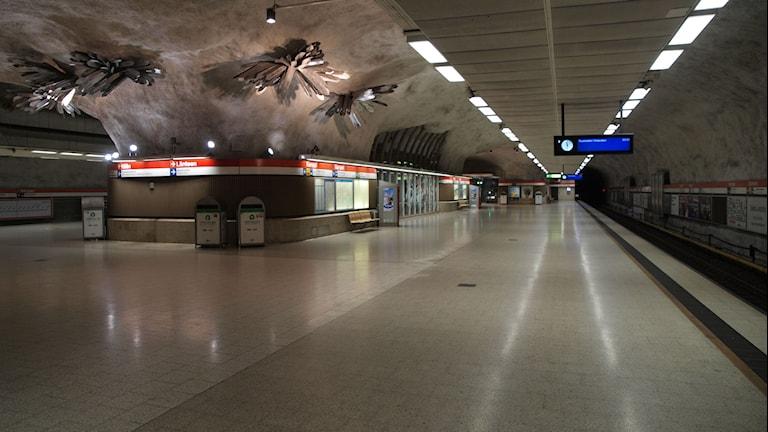 Kampin metroasema, ei yhtään ihmisiä tai liikettä. Kuva: JIP