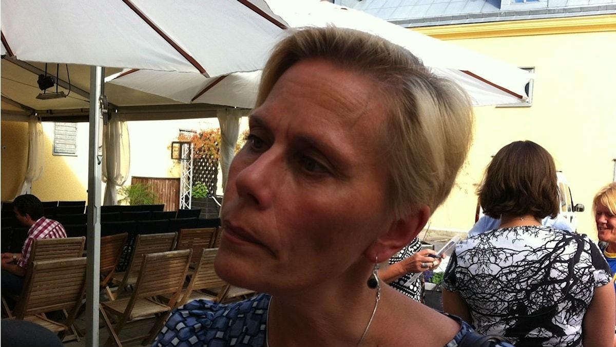 Suomenopettaja Anna Anu Viik aurinkoisella ravintolan terassilla kesällä. Kuva: Leena Salonen / Sveriges Radio Sisuradio