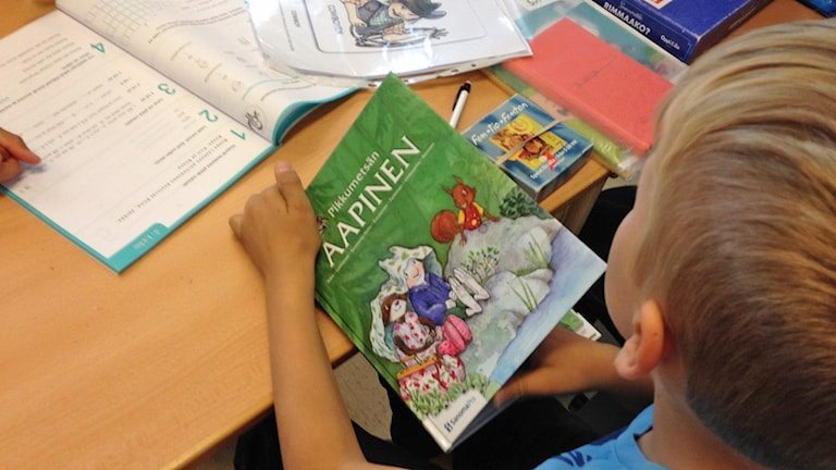 Aapinen. Lärobok på finskalektion, modersmål. Kuva/Foto: Pirjo Hamilton, SR Sisuradio