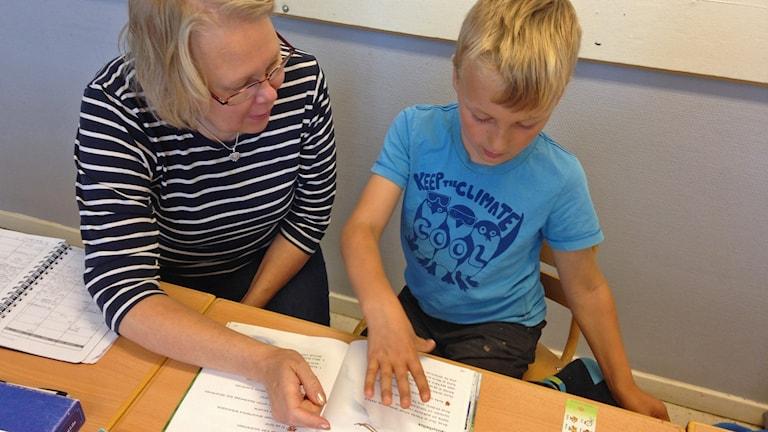 Opettaja Anne ja Elis tunnilla. Kuva/Foto: Pirjo Hamilton, SR Sisuradio