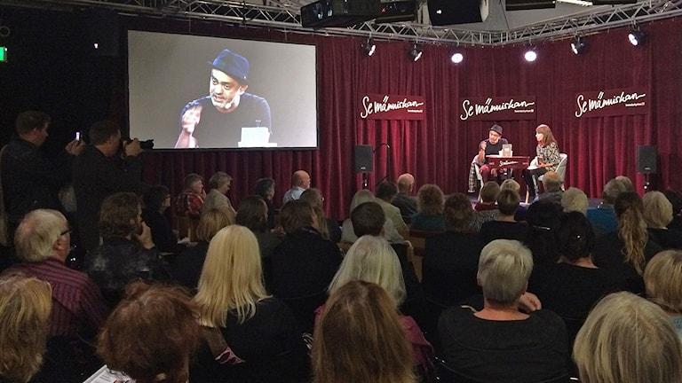 Hassan Blasim veti väkeä kuuntelemaan. Bokmässan i Göteborg. Kuva/Foto: Ulla Rajakisto, SR Sisuradio