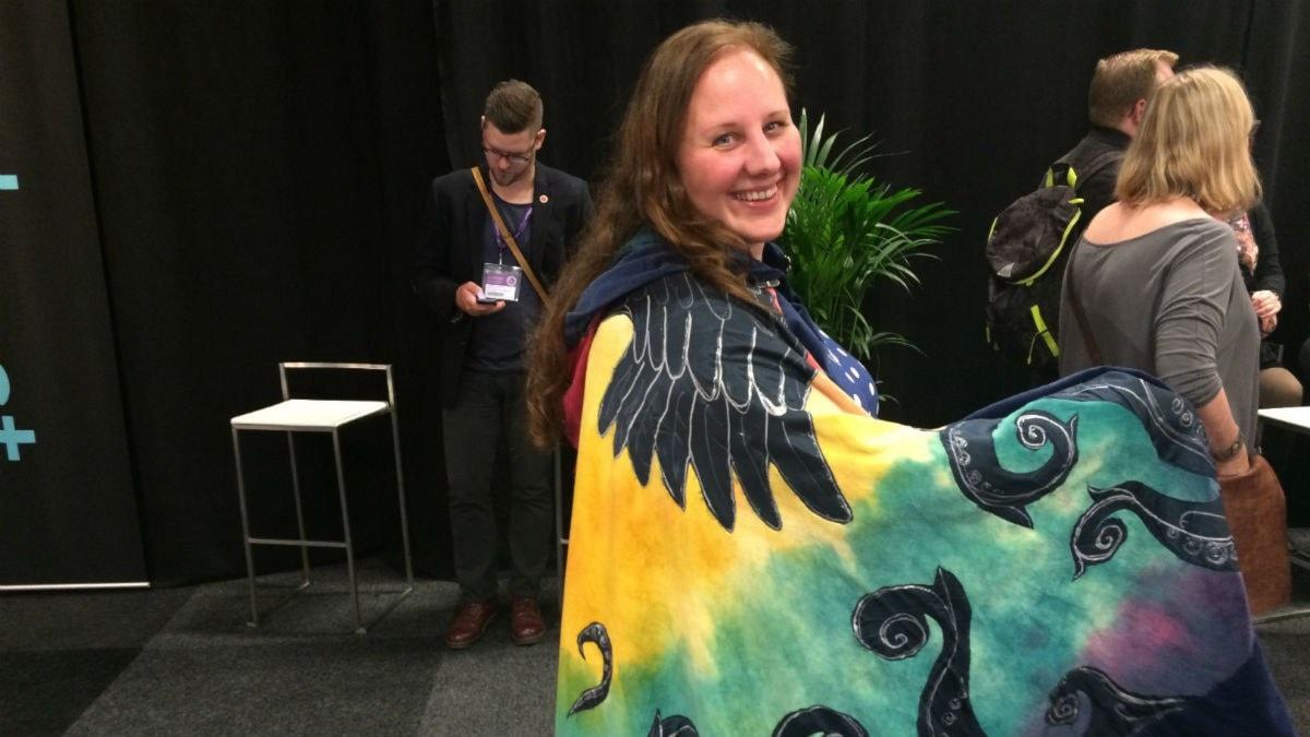 Susanna Nissinen poseeraa fantasiaviitassaan.Kuva:Ulla Rajakisto/Sveriges Radio Sisuradio