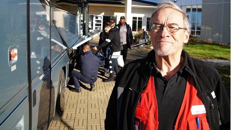Pepe Salmela pukeutuneena Punaisen Ristin punaiseen liiviin. Kuva: Pekka Kenttälä / Sveriges Radio Sisuradio