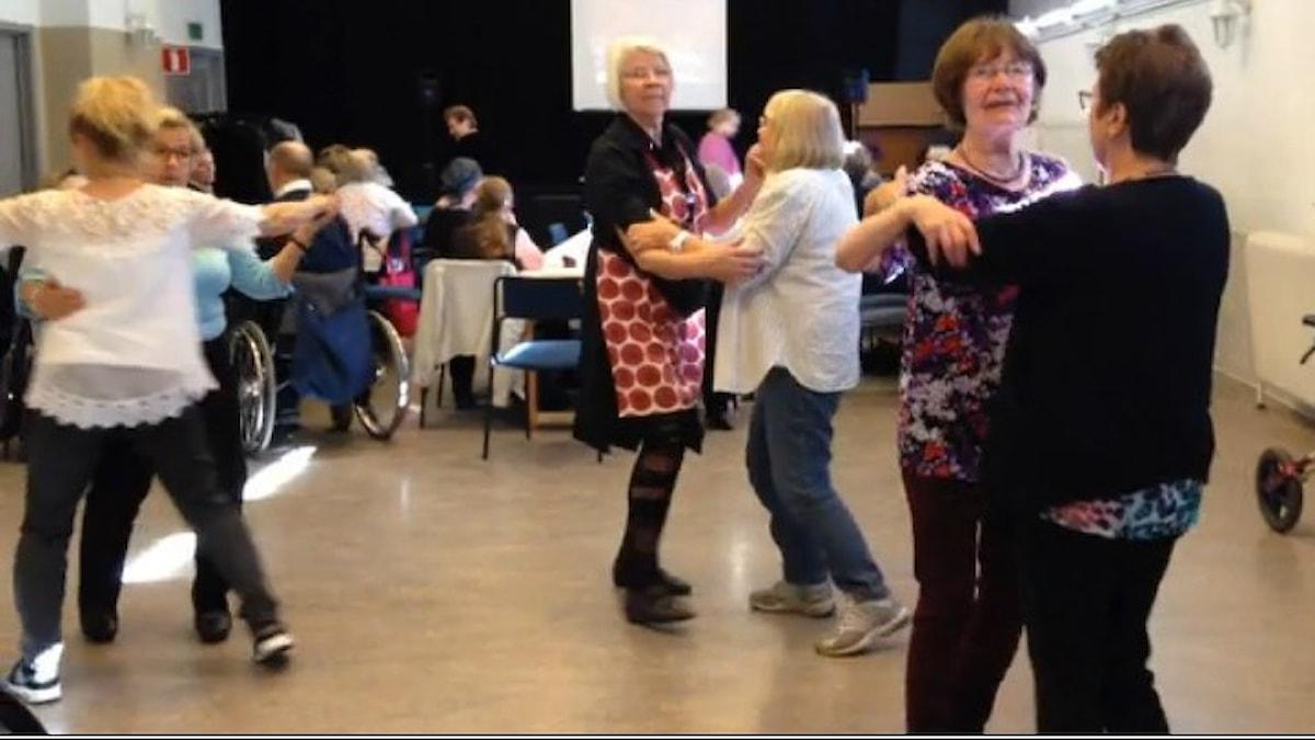 Kolme paria naisia valssaa tanssilattialla. Kuva: Elina Härmä / SR Sisuradio