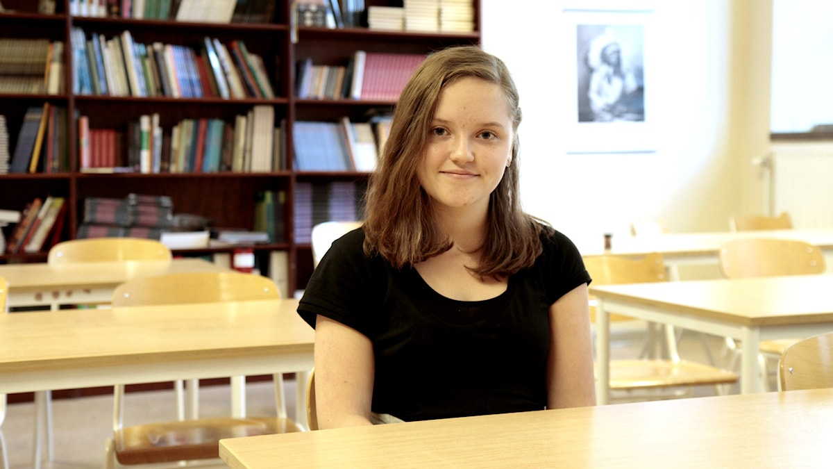 Nilla Nieminen istuu koululuokassa. Foto: Kai Rauhansalo
