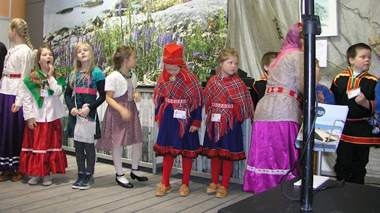 Lapset odottavat vuoroaan kun aikuiset pitävät puheita. Foto: Kirsi Blomberg Sveriges Radio Sisuradio