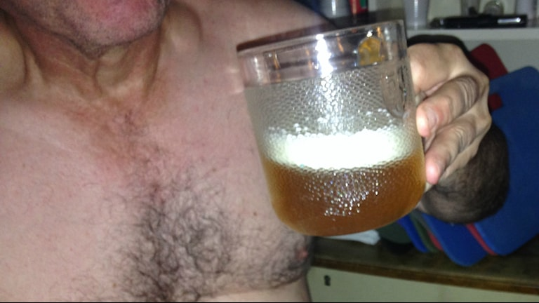 Karvarintainen mies nostaa vajaata oluttuoppia. Foto: Erpo Heinolainen SR Sisuradio