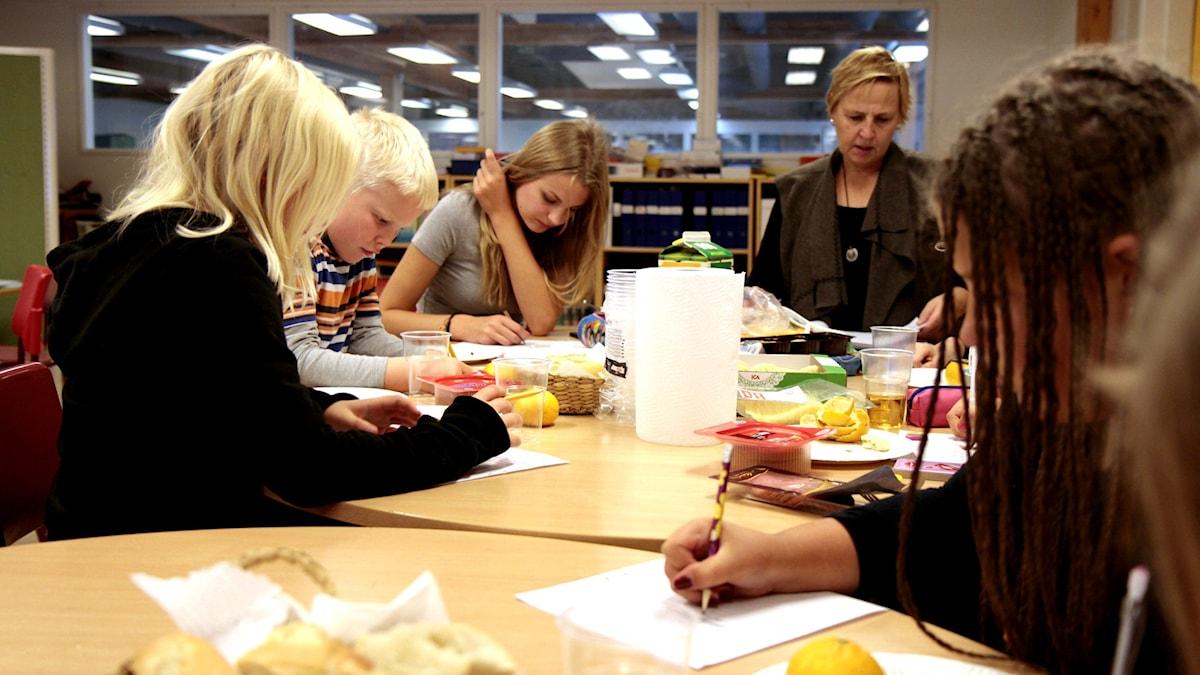 Kirjoituspaja Upplands Väsbyn ruotsinsuomalaisella koululla. Foto: Kai Rauhansalo