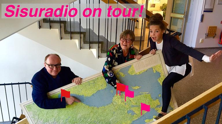 Jorma Ikäheimo, Eija Björstrand ja Helena Huhta kiipeävät portaita Ruotsin kartta kainalossaan. Kuva: Marika Pietilä / Sveriges Radio Sisuradio