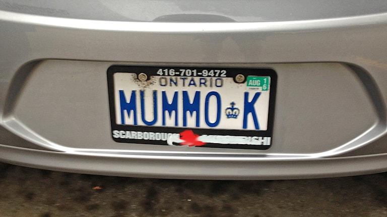 Auton kanadalaisessa rekisterikyltissä lukee Mummo K. Kuva/Foto: Pirjo Rajalakso, SR Sisuradio