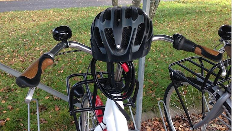 Musta kypärä polkupyörän sarvien päällä. Foto: Erpo Heinolainen SR Sisuradio