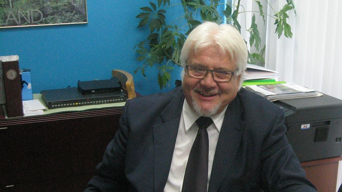 Toimitusjohtaja Juha Mynttinen kirjoituspöytänsä ääressä. Kuva: Pirjo Rajalakso / Sveriges Radio Sisuradio