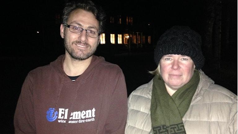 Ruskeapuseroinen Nour vasemmalla ja pipopäinen Satu talvitakissaan oikealla. Foto/kuva: Erpo Heinolainen SR Sisuradio