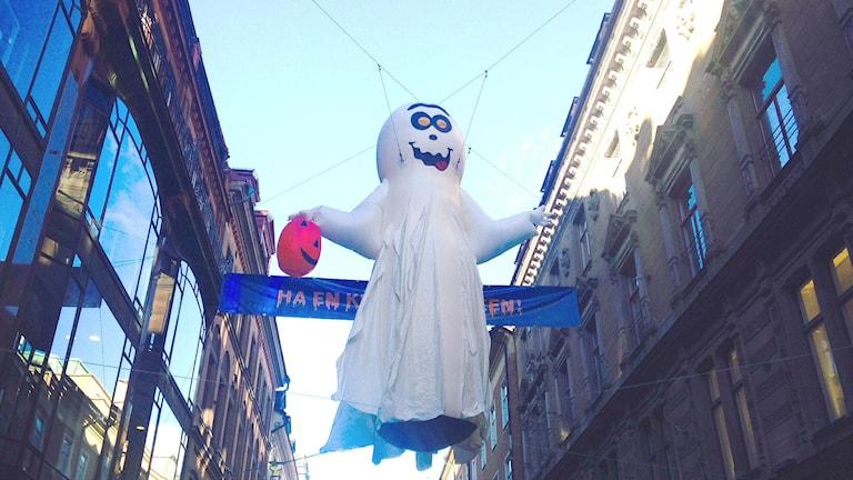 Halloween-koristelua Drottninggatanilla Tukholmassa. Kuva: Eija Björstrand / Sveriges Radio Sisuradio