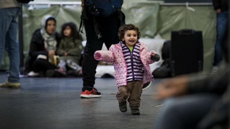Kuvassa näkyy pieni lapsi joka juoksee kameraa kohti.