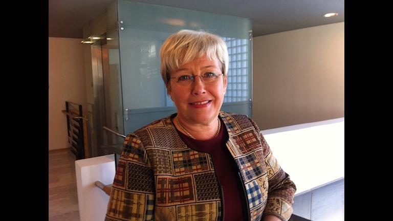 Sosiaalineuvos Anne Eriksson työskentelee Suomen suurlähetystössä Tukholmassa. Foto: Tiina Laitila Kälvemark/Sveriges Radio Sisuradio