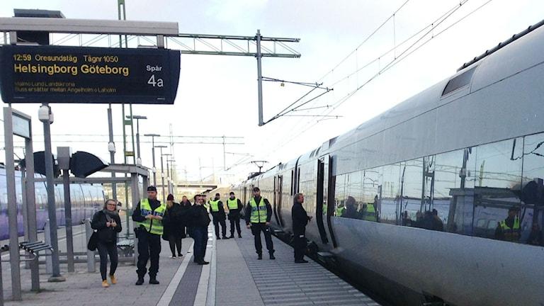Police along the platform of Hyllie station in southern Malmö. Photo: Anna-Lotta Hirvonen Nyström/Sveriges Radio Sisuradio.