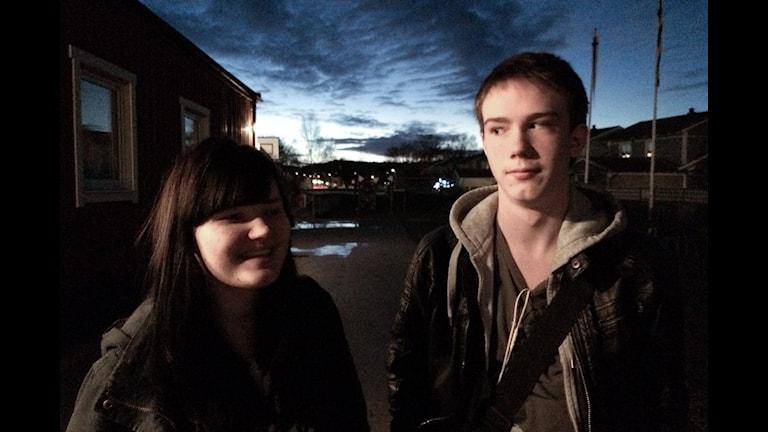 Emilia Ovaska ja Mathias Kotikoski Larsson seisovat hienon iltataivaan edessä. Foto: Kai Rauhansalo