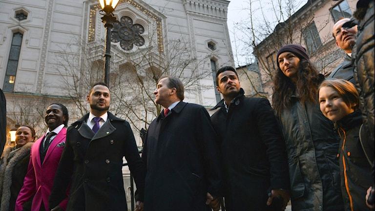 Kuvassa monikulttuurinen solidarisuuden mielenosoitus juutalaisen seurakunnan ulkopuolella helmikuussa 2015. Kuva/Foto: Henrik Montgomery /TT
