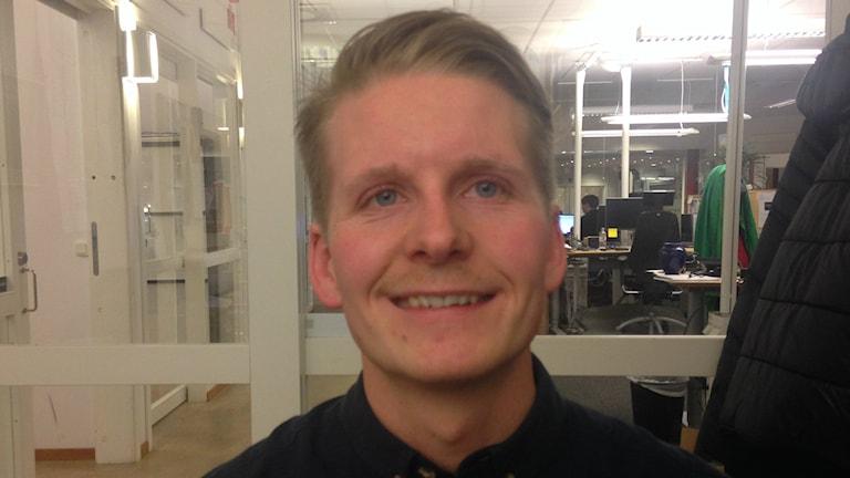 Timo Saarensilta kuvassa, taustalla konttorimaisema. Kuva/foto: Erpo Heinolainen SR Sisuradio
