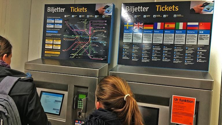 SL:n lippuautomaatti, ohjetaulussa 8 kielellä opastus lipunostoon. Foto: Irma-Liisa Pyökkimies / Sveriges Radio Sisuradio