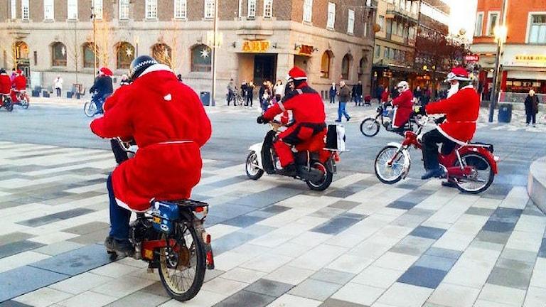 Joulupukkeja pyörän selässä.Kokonaan satua? Foto: Irene Kårlin/Flickr/CC BY 2.0.