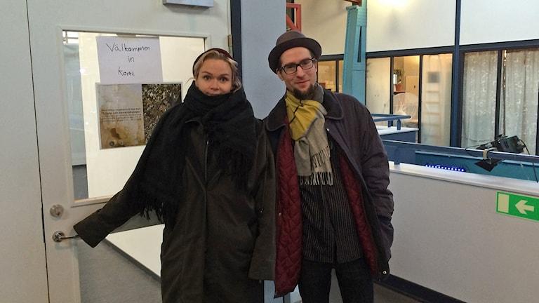 Anna Törrönen on Ytanin projektinvetäjä, ja Toni Ledentsa Suomesta vieraileva kuraattori. Kuva/Foto: Anna Tainio, SR Sisuradio