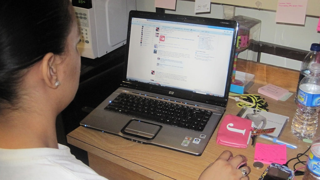 Nainen istuu tietokoneen äärellä. Foto: flickr/CCby2.0/English106