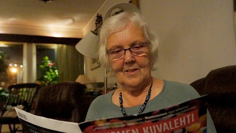 Ritva Tärnström päivittää̈ suomen kieltään lukemalla Suomen kuvalehteä. Foto: Marja Siekkinen