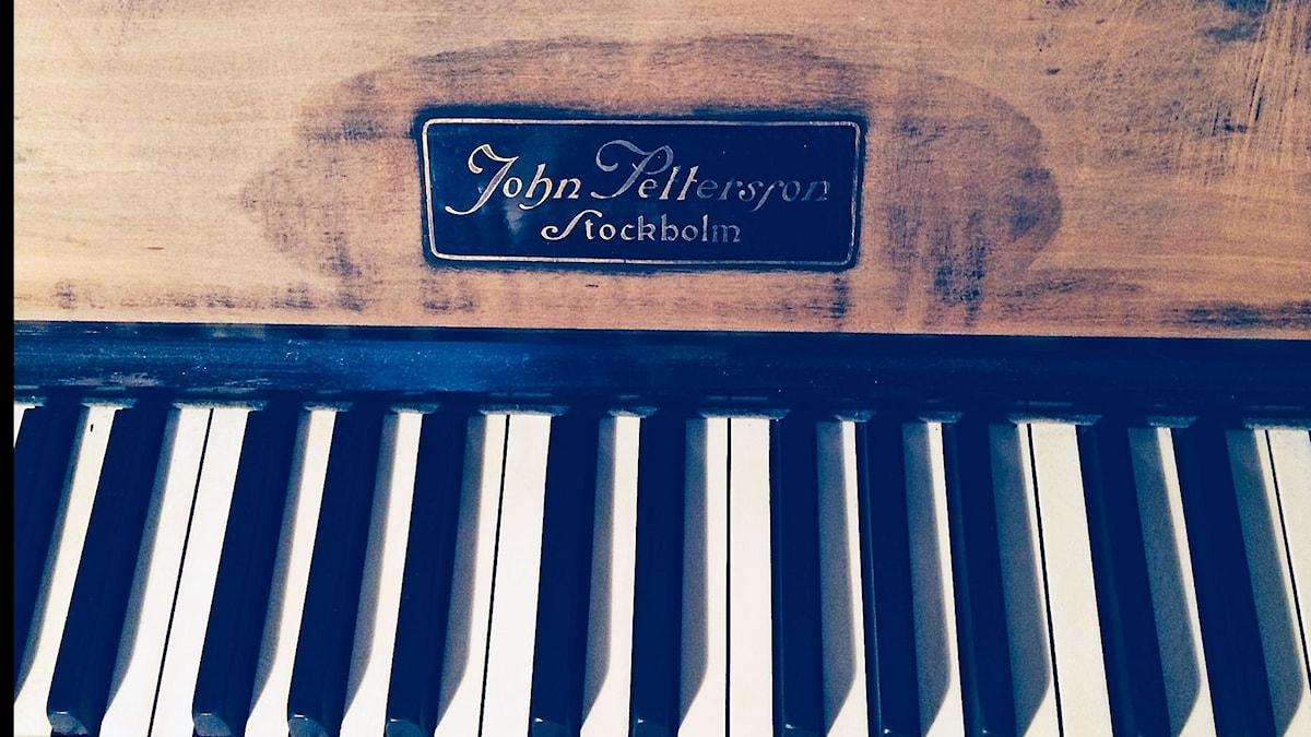 Pianon koskettimet ja pianonvalmistajan nimikyltti.