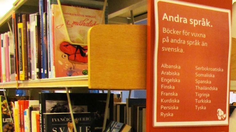 En hylla med böcker på andra språk en svenska på ett bibliotek. Foto: Anna Tainio / Sveriges Radio Sisuradio