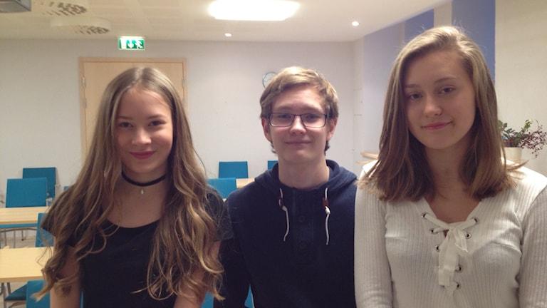 Tukholman ruotsinsuomalaisen koulun oppilaat Ada Ypyä, Topias Taipale ,Gabriela Huenul Peltonen