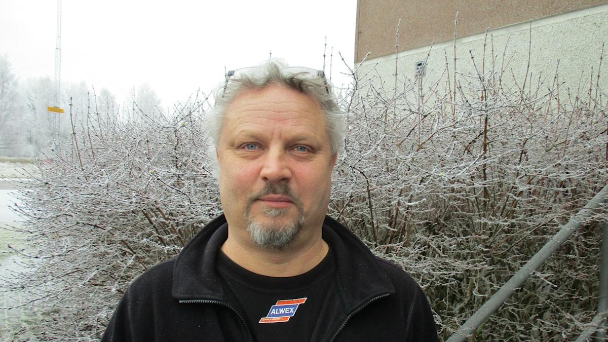Sisuradion jalkapalloasiantuntija Erkka Petäjä on itse entinen maajoukkuepelaaja. Kuva Pekka Ranta, Sveriges Radio.